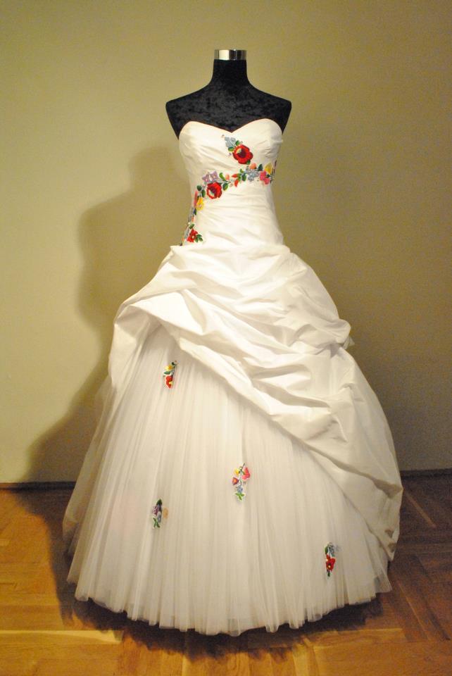 Kalocsai mintás hímzett menyasszonyi ruha