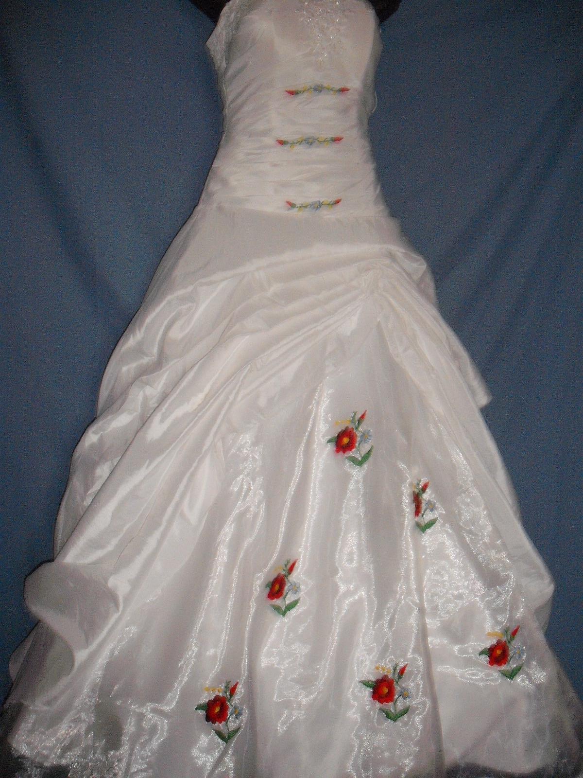 Hímzett kalocsai mintás menyasszonyi ruha