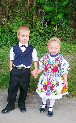 Kislány kalocsai népviseletben